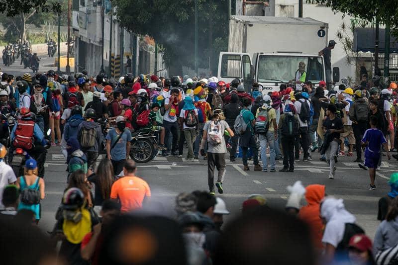 Cientos de personas participan en una manifestación hoy, viernes 02 de junio de 2017, en Caracas