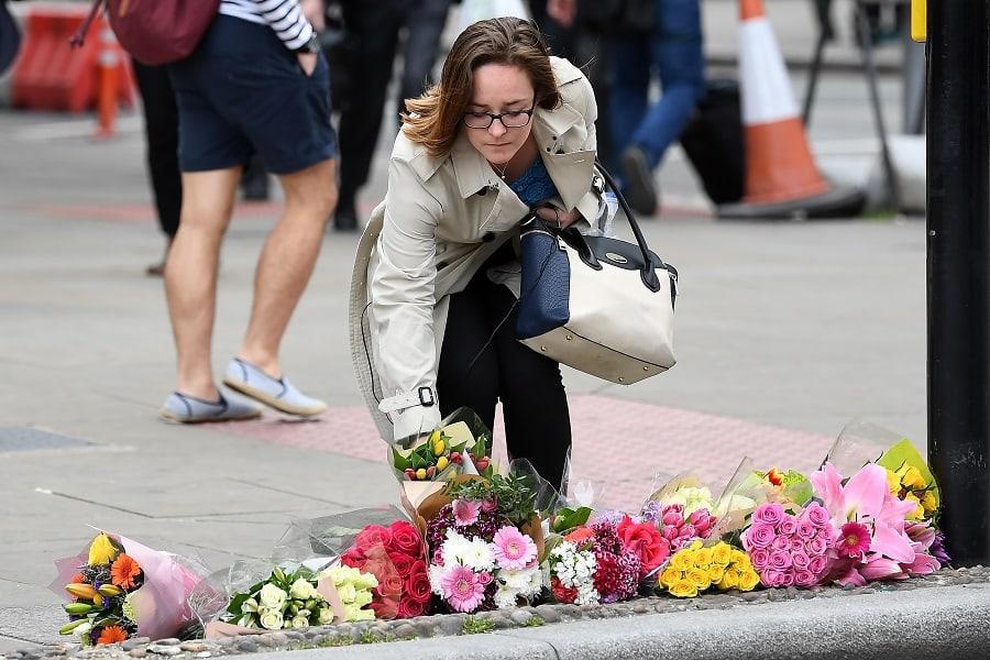 Mujer deposita flores