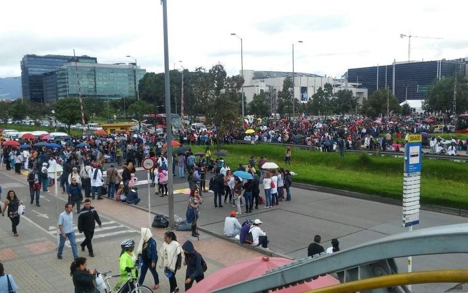 Bloqueos en la Avenida El Dorado por protesta de profesores
