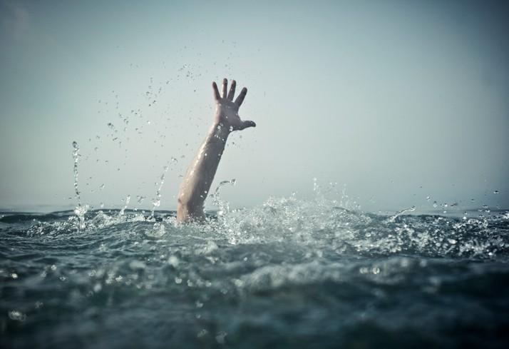 Persona ahogándose. Pulzo.com