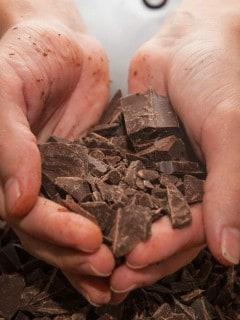 Hombre cocinando chocolate. Pulzo.com