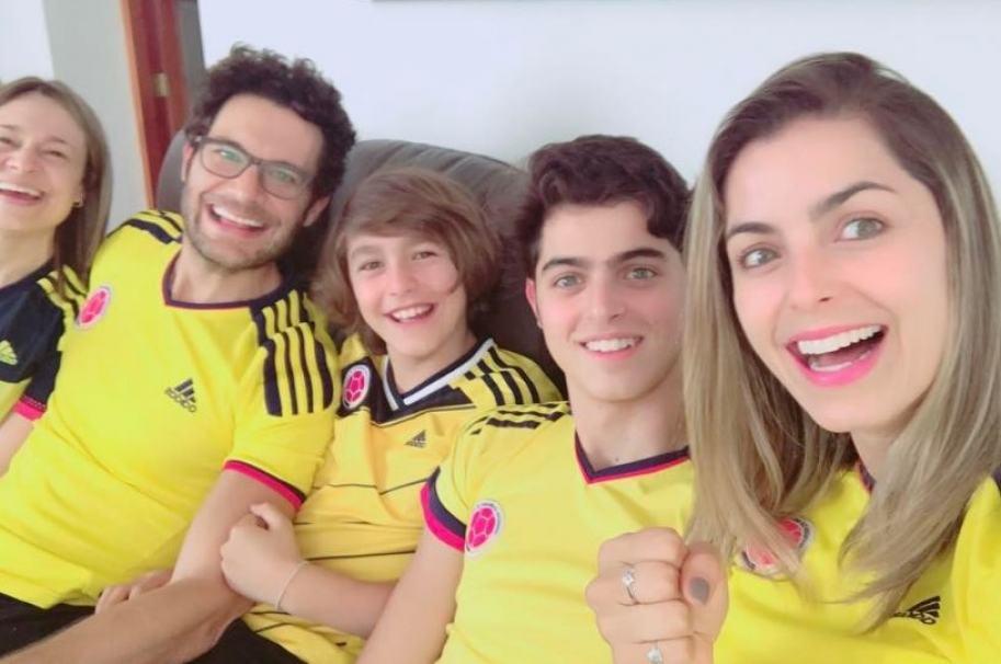 El actor Josse Narváez y su esposa, la presentadora Cristina Hurtado, junto a sus hijos Daniel y Juan José.