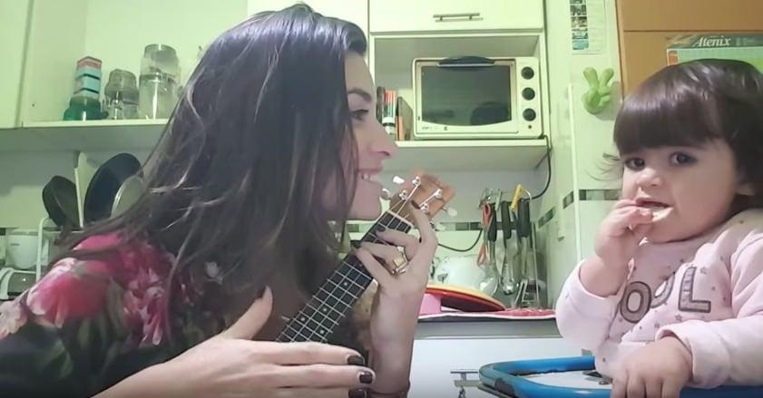 Periodista argentina Natalia Maderna interpretando la versión feminista de 'Despacito', al lado de su hija, Catalina. Pulzo.com