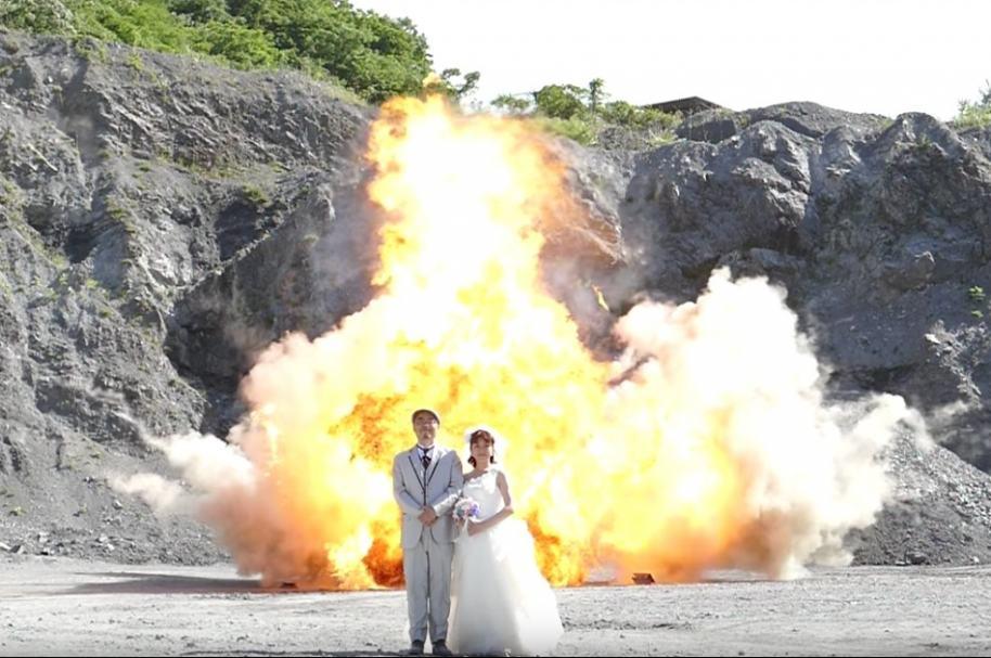 Sesión de fotos con explosión de fondo.