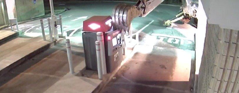Hombre intenta abrir un cajero automático con una retroexcavadora. Pulzo.com