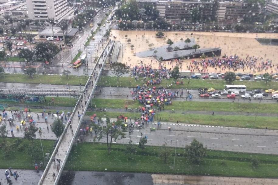 Manifestaciones en la Avenida El Dorado, o calle 26, tiene bloqueada la vía