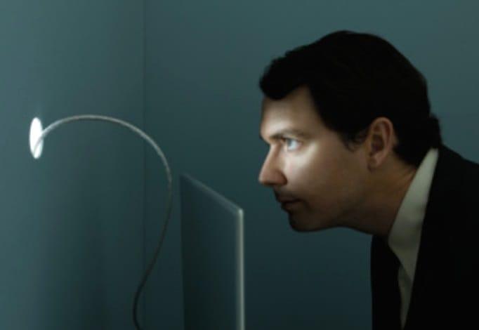 Hombre observando