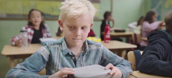 Niño con lonchera vacía. Pulzo.com