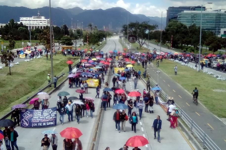 Marcha de profesores en la Avenida El Dorado (calle 26)