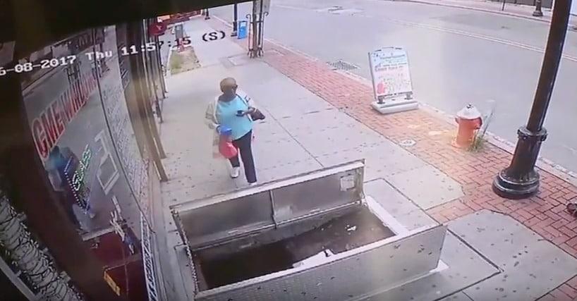 Mujer cae en sótano cuando miraba su celular. Pulzo.com