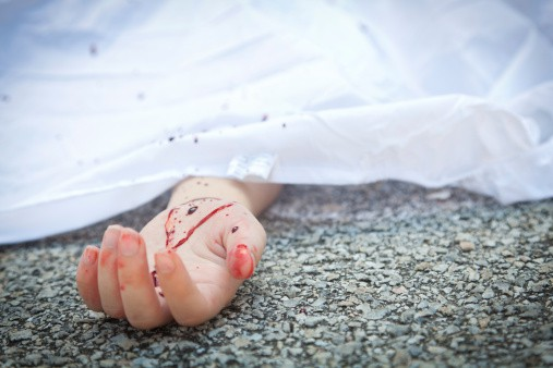 Cadáver en pavimento