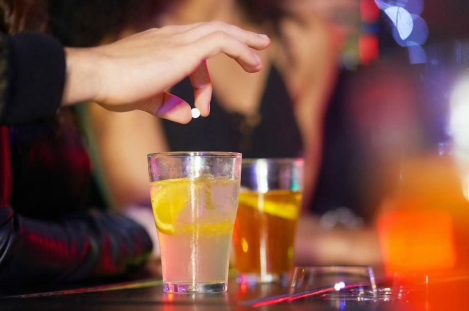 Joven arroja droga a bebida. Pulzo.com