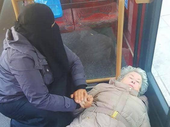 Musulmana ayuda a anciana desmayada