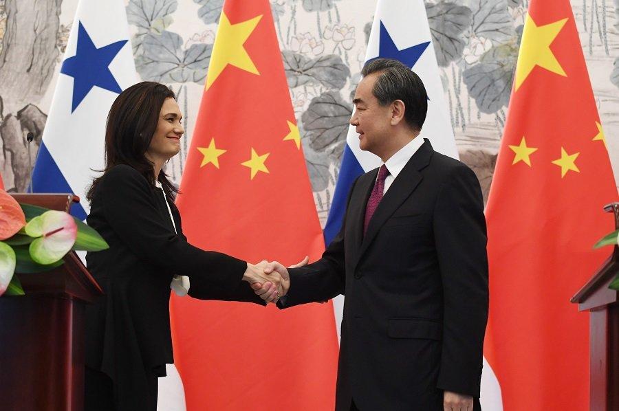 La vicepresidenta y canciller de Panamá, Isabel de Saint Malo y el ministro chino de exteriores Wang Yi.