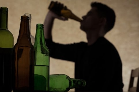 Joven bebiendo alcohol