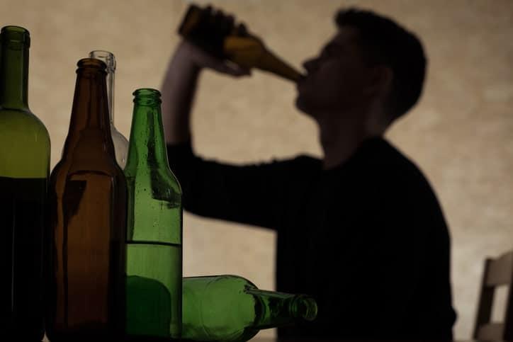 Joven bebiendo alcohol. Pulzo.com