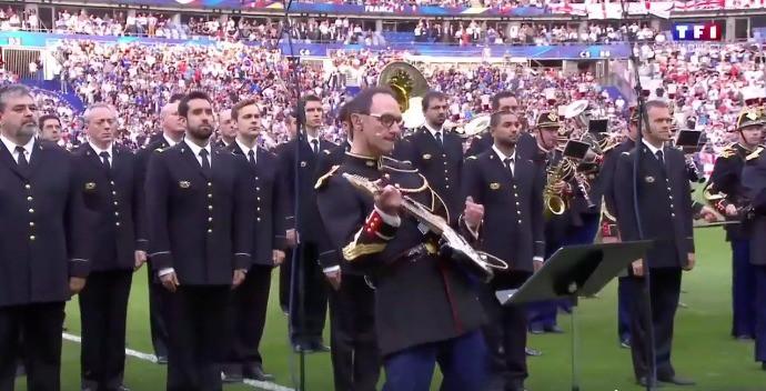 Guardia Republicana de Francia interpretando 'Don't Look Back In Anger', de Oasis, en homenaje a las víctimas de los recientes atentados en Inglaterra. Pulzo.com