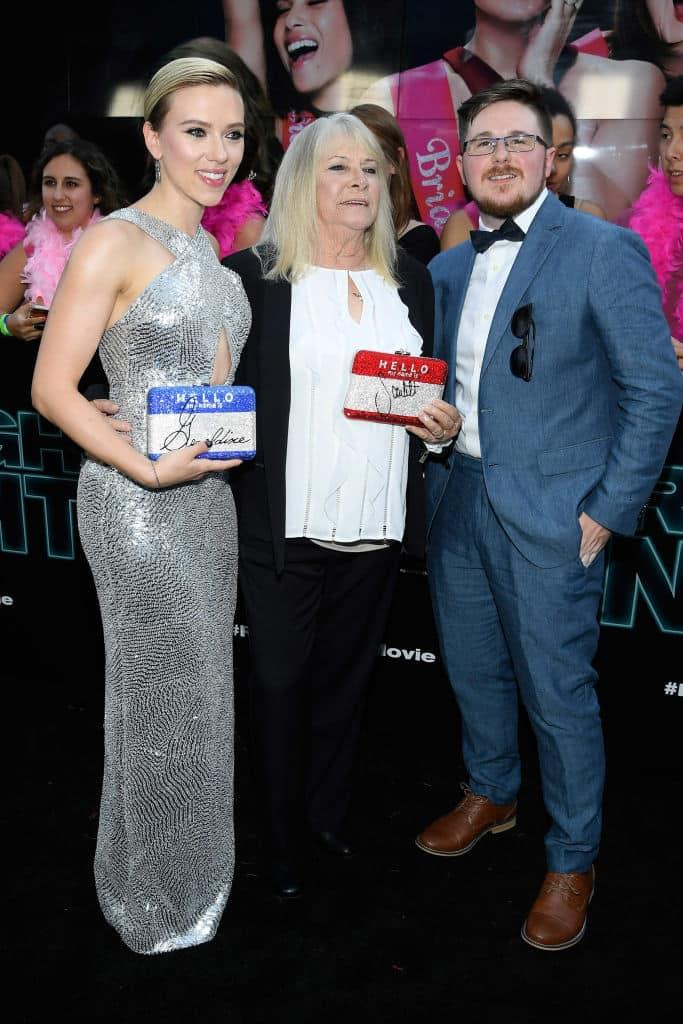 Scarlett Johansson y su doble en estreno de Rough Night