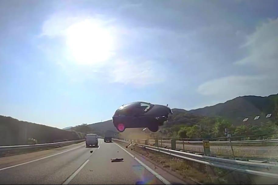 Carro vuela y causa accidente.