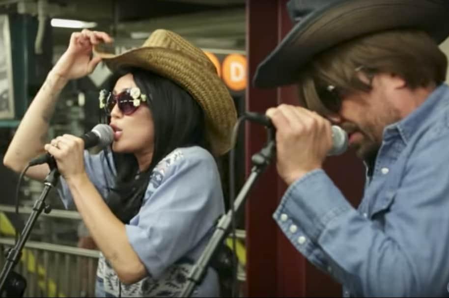 Miley Cyrus y Jimmy Fallon encubiertos en el metro de Nueva York. Pulzo.com