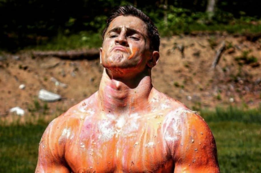 Fisiculturista Houston Jones luego de recibir 1.000 tiros de paintball. Pulzo.com