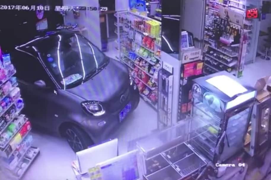 Carro dentro de una tienda.