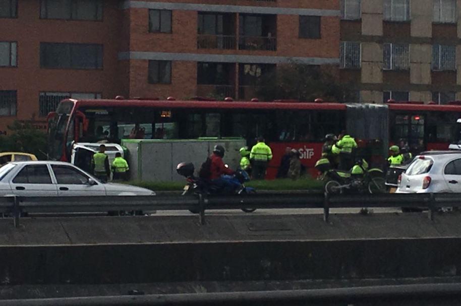 Furgón volcado en la carrera 30 con calle 45, Bogotá