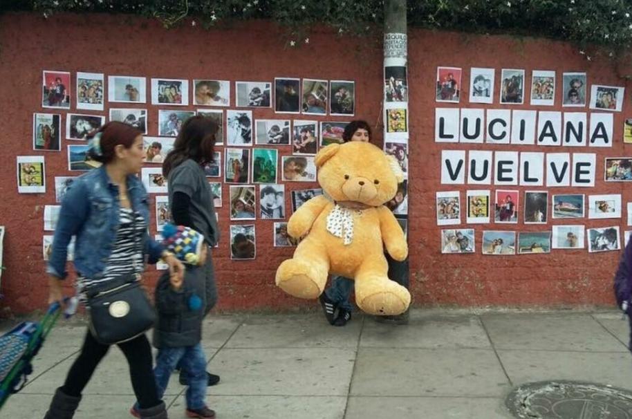 Joven espera a su novia en la calle.