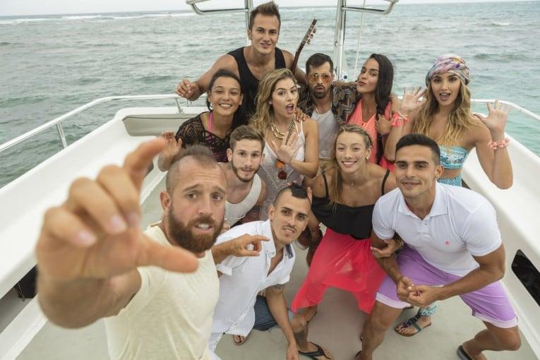 Melina Ramírez con algunos participantes del 'Desafío Súper Humanos Cap Cana' y el cantante Mike Bahía.