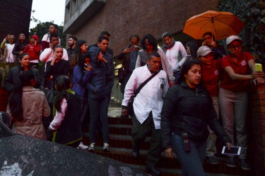 Personas evacúan Centro Comercial Andino.