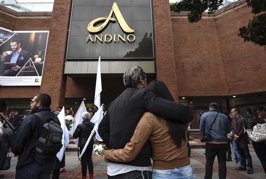 Ciudadanos se abrazan frente al Centro Comercial Andino