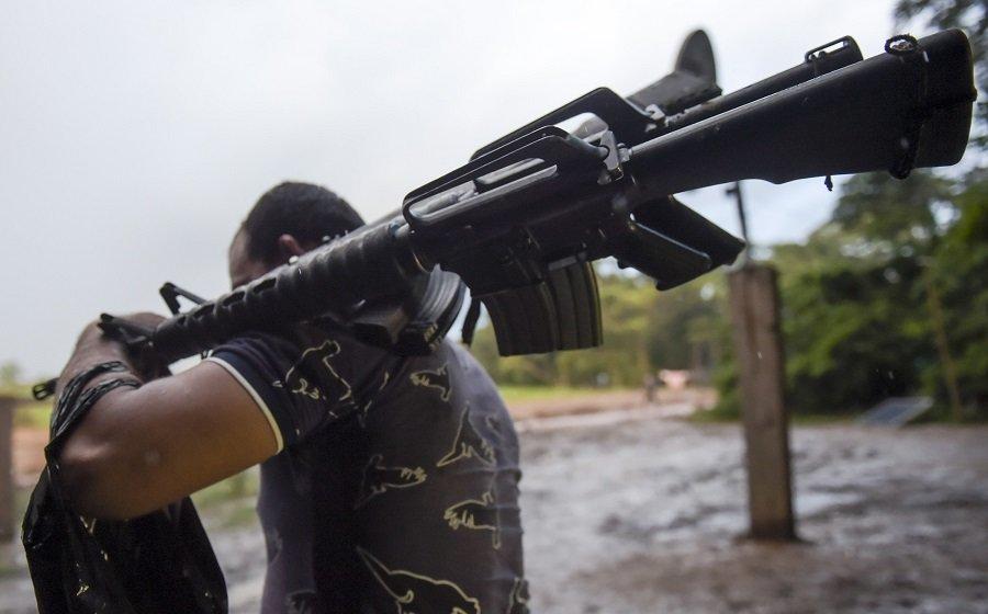 Guerrillero lleva armas