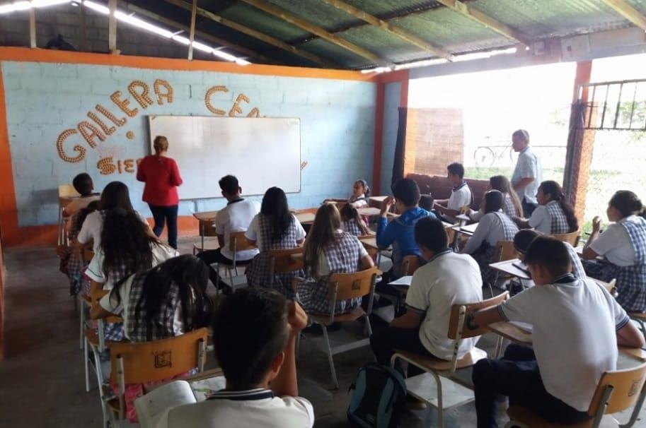 Niños estudiando en gallera del municipio de Tello, en Huila