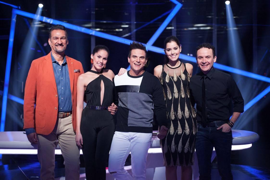 Las presentadoras Linda Palma y Paulina Vega junto a los cantantes Kike Santander, Silvestre Dangond y Fonseca.