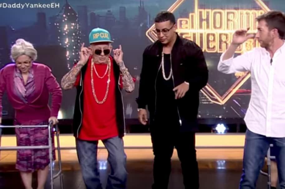 Daddy Melquiades, Daddy Yankee, el presentador Pablo Motos y una bailarina momentos antes de bailar 'A mí me gusta el taca taca'. Pulzo.com