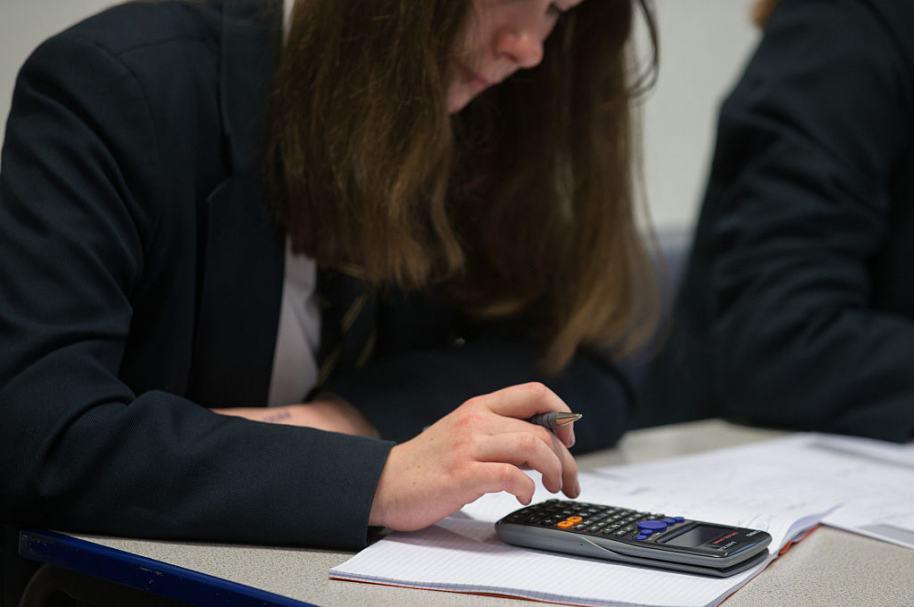 Estudiante con calculadora