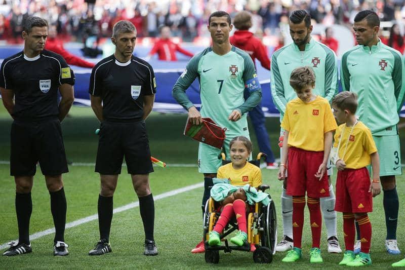 Cristiano Ronaldo regala su chaqueta a la niña rusa discapacitada Polina Haeredinova.. Pulzo.com