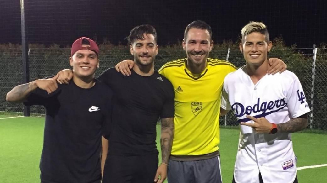 Maluma, James y Quintero jugando fútbol