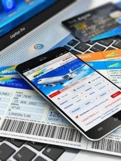 Compra de tiquetes aéreos por internet.