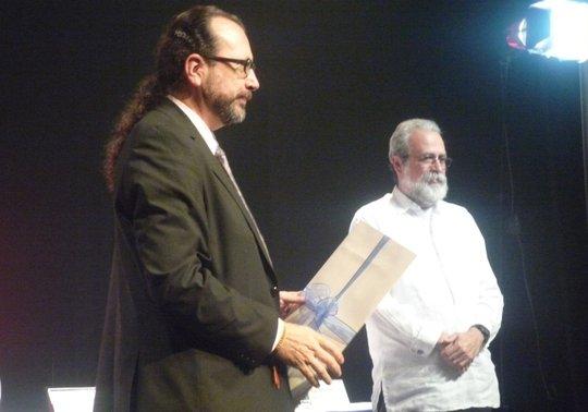 William Ospina (izq) recibe el Rómulo Gallegos en  2009