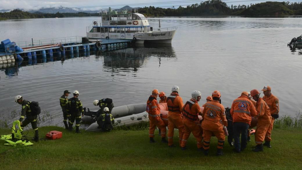 Cuerpos de emergencia rescatando víctimas de embarcación que naufragó en Guatapé.