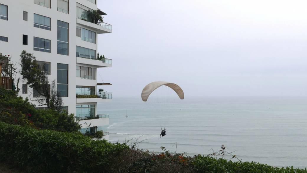 Salta en paracaídas desde edificio.