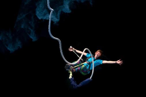 Joven en 'bongee jumping'