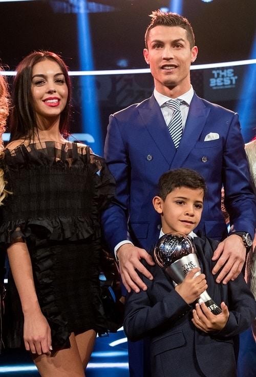 Cristiano Ronaldo junto a su novia Georgina Rodríguez y su hijo Cristiano Jr.