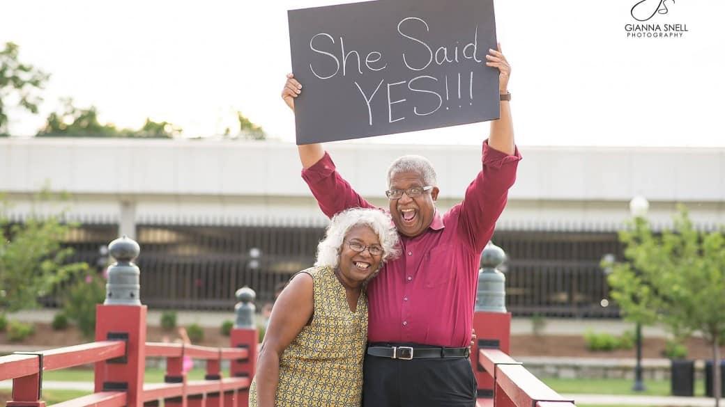 Pareja de ancianos anuncia su compromiso en Facebook. Pulzo.com