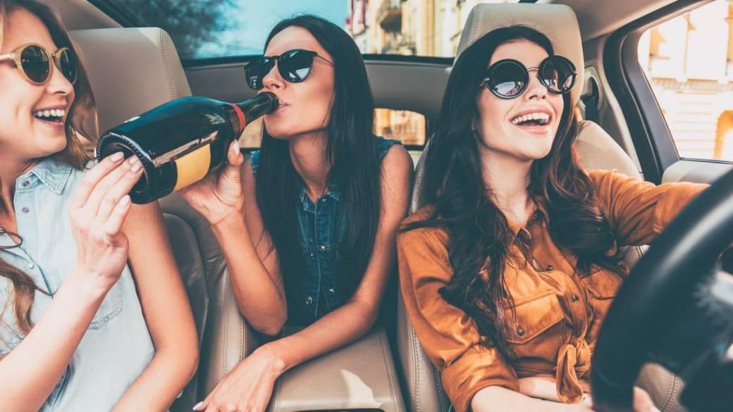 Jóvenes bebiendo alcohol en un carro. Pulzo.com