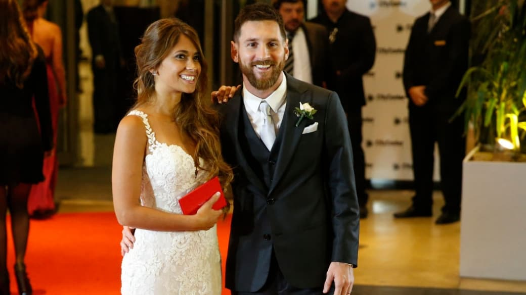 Lionel Messi y Antonela Rocuzzo posando para los medios