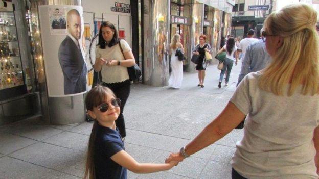 Saffie Roussos y su madre Lisa - Pulzo.com