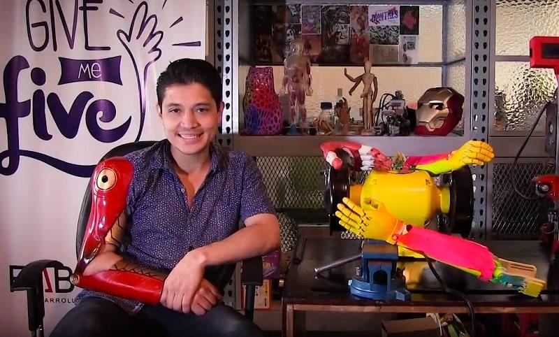Colombiano fabrica prótesis para niños de escasos recursos