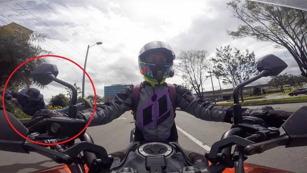Momento en el que el ladrón lanza una patada a motociclista